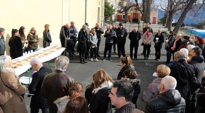 Les Abadiens réunis pour la Chandeleur sur la place de l'Église